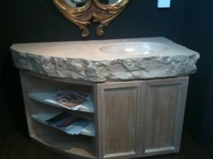 Mobile in legno con monolite in Bronzetto scavato Montecchi marmi e graniti1